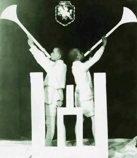 """Nuotr. """"Gyvasis paveikslas"""" (dešinėje – Rimgaudas Vaitkus). Radviliškis, 1938 m. vasario 16 d. Lietuvos dailės muziejus"""